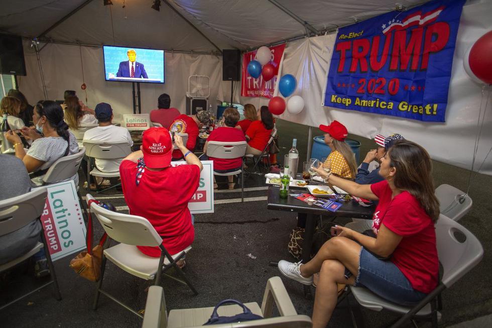 Un grupo de simpatizantes del presidente se reúnen para ver el debate entre Donald Trump y Joe Biden en un restaurante de Miami, Estados Unidos. (EFE/EPA/CRISTOBAL HERRERA-ULASHKEVICH).