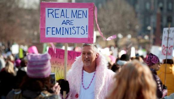 """""""Los hombres de verdad son feministas"""", dice el cartel de un hombre que participa de una protesta feminista en Estados Unidos. (Foto: Getty Images, via BBC Mundo)"""