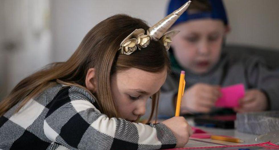 Se les puede establecer a los niños par de horas de estudio en la mañana o alguna actividad de artesanía en algún horario específico de la tarde. (Foto: Getty)