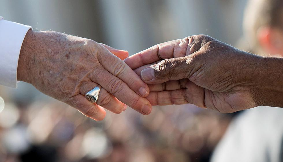 """This handout picture released by the Vatican press office shows Pope Francis shaking hand with a member of Caritas Internationalis during his weekly general audience at St. Peter's square in the Vatican on September 27, 2017. RESTRICTED TO EDITORIAL USE - MANDATORY CREDIT """"AFP PHOTO / OSSERVATORE ROMANO"""" - NO MARKETING NO ADVERTISING CAMPAIGNS - DISTRIBUTED AS A SERVICE TO CLIENTS    / AFP / OSSERVATORE ROMANO / HO / RESTRICTED TO EDITORIAL USE - MANDATORY CREDIT """"AFP PHOTO / OSSERVATORE ROMANO"""" - NO MARKETING NO ADVERTISING CAMPAIGNS - DISTRIBUTED AS A SERVICE TO CLIENTS"""
