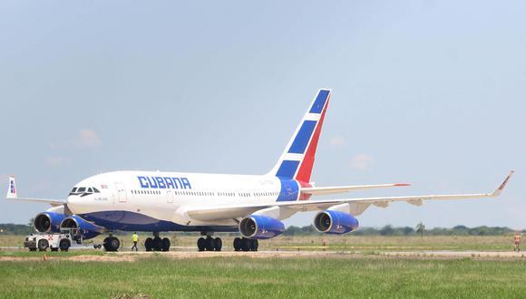 Una aeronave de Cubana de Aviación antes de salir del Aeropuerto Internacional de Viru Viru, en Bolivia, con 226 médicos cubanos. (EFE/ Juan Carlos Torrejón).