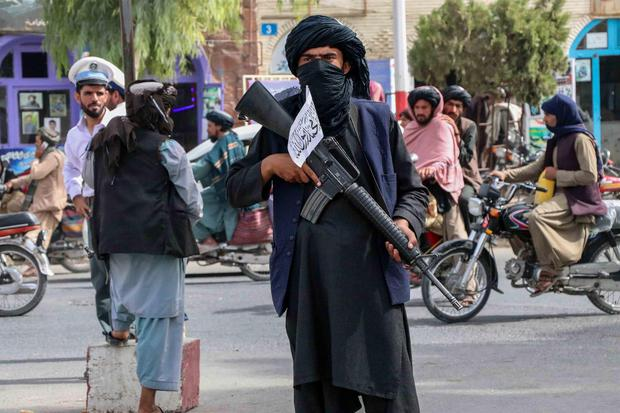 A Taliban militant stands guard at a checkpoint in Kandahar, Afghanistan, on August 17, 2021.  (EFE / EPA / STRINGER).