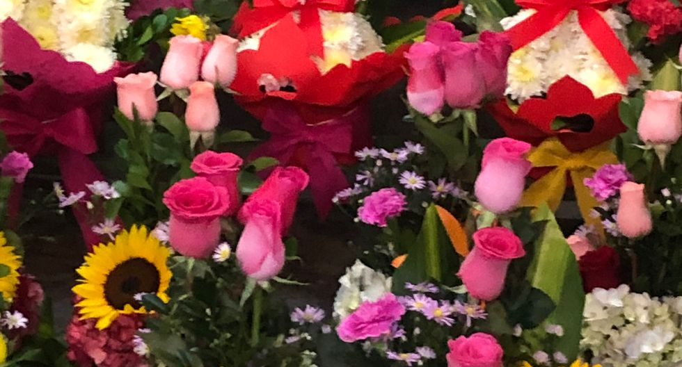 Los arreglos con flores pompom cuestan S/35.