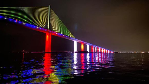 Puente de Sunshine Skyway, Florida, iluminado durante el Pride Weekend 2020. (Cortesía St. Petersburg Police Department)