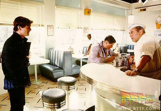 """Eric Stoltz during the filming of """"Return to the future"""", in the classic cafeteria of the tape.  Photo: BTTF.  com"""