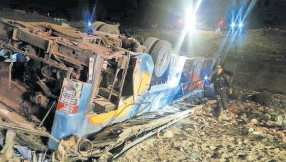 La noche del sábado, el vuelco de un bus interprovincial de la empresa Flores dejó ocho muertos y más de 30 heridos a la altura de la quebrada del Toro, en Camaná. El vehículo fue impactado por un tráiler. (Foto: Zenaida Condori)
