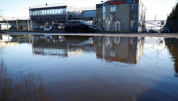 La planta farmacéutica de Wockhardt se refleja en un charco en Wrexham, Gales, el 21 de enero de 2021. (REUTERS/Phil Noble).