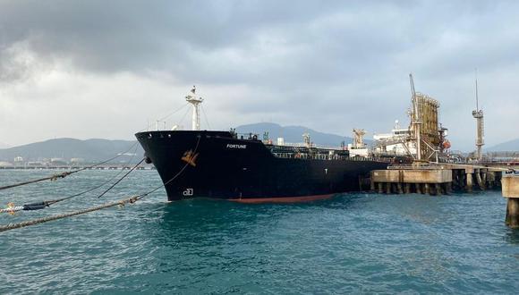 El petrolero de bandera iraní Fortune atracado en la refinería El Palito luego de su llegada a Puerto Cabello, en el estado norteño de Carabobo, Venezuela, el 25 de mayo del 2020. (Foto: AFP).