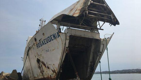 La popa del Rosa Eugenia ya ha tocado fondo. El abandono de estos barcos supone un grave riesgo medioambiental. Foto: GUILLERMO OLMO, vía BBC Mundo