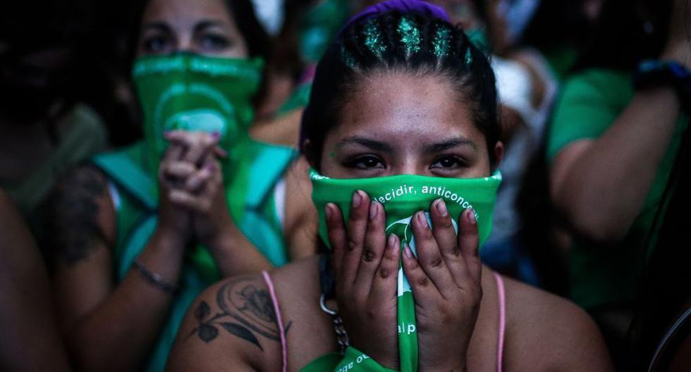 Al ritmo de los bombos y en clima festivo, miles de mujeres de pañuelo verde hicieron vigilia en los alrededores del Congreso de Argentina en medio del debate sobre el aborto. (Foto: EFE / Juan Ignacio Roncoroni).