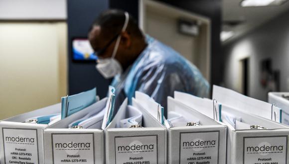 Los archivos de protocolo de la empresa de biotecnología Moderna para las vacunas COVID-19 se guardan en los Centros de Investigación de América, en Hollywood, Florida. (Archivo / CHANDAN KHANNA / AFP)