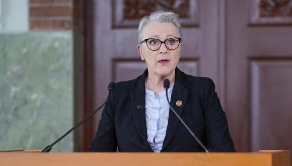 """La presidente del Comité Noruego del Premio Nobel de la Paz, Berit Reiss-Andersen, anuncia al """"Programa Mundial de Alimentos"""" como ganador del Premio Nobel de la Paz 2020. (Stian Lysberg Solum / NTB / AFP )"""