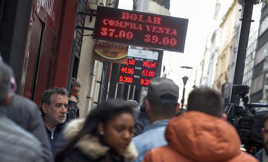 El precio de venta del dólar alcanzaba los 38.70 pesos en Argentina. (Foto: EFE)