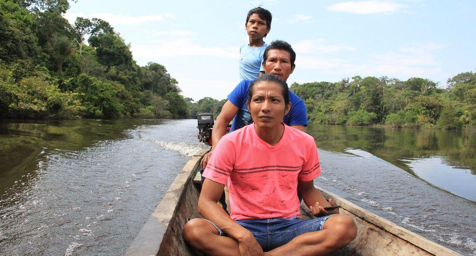 Percy y Jesús Gemán se animaron a ser monitores ambientales pese a las amenazas de muerte que hay alrededor de la comunidad Vista Hermosa. Ambos recorren su comunidad y reportan invasiones y tala ilegal.  (Foto: Vanessa Romo Espinoza)