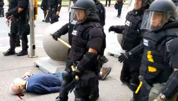 Un video muestra cómo dos agentes de policía empujan a un hombre en Búfalo, Nueva York, éste cae y termina herido en el suelo. (Reuters).