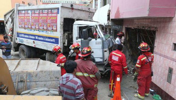 SJM: camión de basura chocó y terminó empotrado en una vivienda