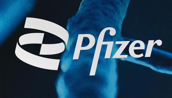 El logo de Pfizer exhibido en la sede de la empresa el viernes 5 de febrero de 2021 en Nueva York. (AP Foto/Mark Lennihan)