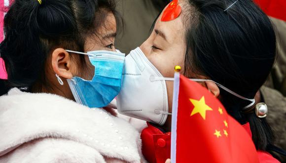 Una doctora besa a su hija después de regresar a casa desde Wuhan, donde ayudó a contener el brote de coronavirus. (Foto: AFP).