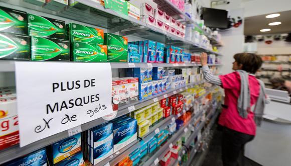 """Un letrero que dice """"No hay máscaras ni gel hidroalcohólico"""" se muestra en una farmacia en Niza, Francia. (REUTERS / Eric Gaillard)."""
