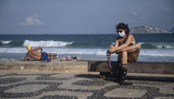 La gente toma el sol en la playa de Ipanema, en Río de Janeiro. (Foto: MAURO PIMENTEL / AFP).