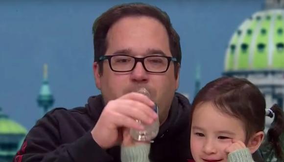 Todo menos cualquier medida de precaución fue tomada por este padre que tosía y tomó de la botella de agua de su hija. (Captura de pantalla)