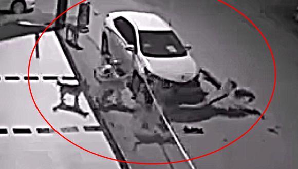 Esta cámara de seguridad captó el preciso momento en el que unos perros intentaron 'robarse' un auto que estaba estacionado en el lugar.