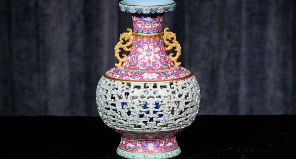 Este es el jarrón que la mujer encontró en un armario. Baja para que veas más fotos de esta obra. (Anthony Wallace / AFP)