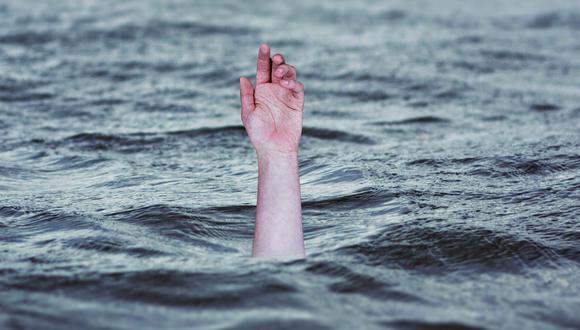 Esta mujer con discapacidad cayó en un estanque de agua por situaciones desconocidas y un policía fue su héroe en esta ocasión. | Fb