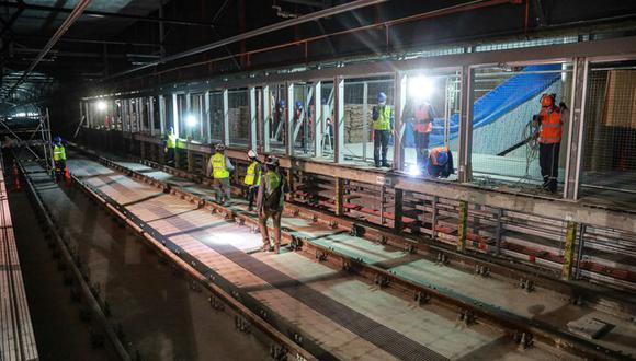 """""""La catenaria [cables aéreos] ya está instalada en su totalidad en el túnel que conecta las primeras cinco estaciones que se pondrán al servicio de la población"""", señala el ministro Estremadoyro. (Foto: MTC)"""