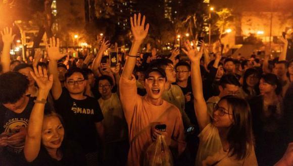 Jóvenes celebran el triunfo de los candidatos pro-democracia en Hong Kong. (Foto: Getty Images, via BBC Mundo)