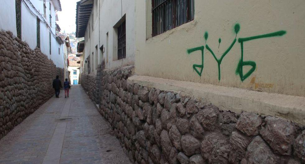 Pinta con spray verde en la calle Cabracancha. (Foto: Miguel Neyra / El Comercio)