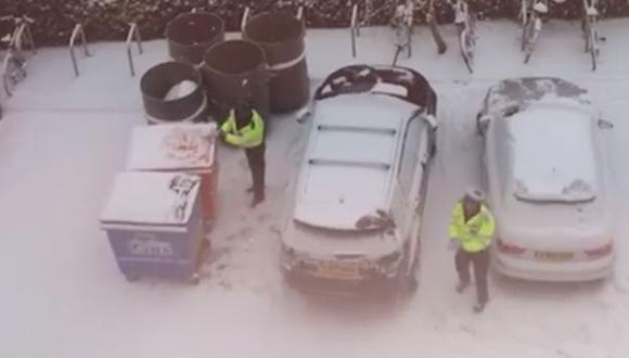 Policías en un momento de distensión. (Captura: Facebook)