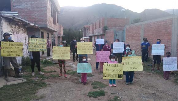 Estudiantes de inicial, primaria y secundaria piden la intervención del presidente Martín Vizcarra para que se instale el servicio de luz en sus viviendas. (Foto: Hugo Gonzales)