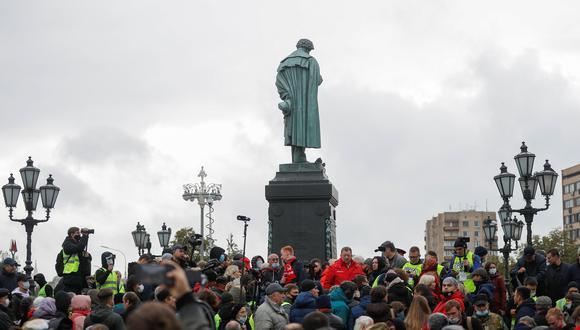 Personas se reúnen en la plaza rusa Alexander Pushkin para protestas contra los resultados de las elecciones parlamentarias. REUTERS