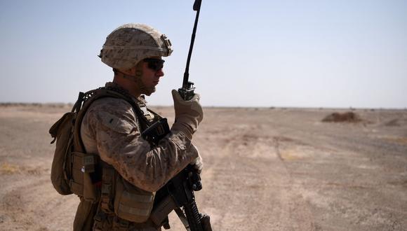 En esta foto tomada el 28 de agosto de 2017, un infante de marina de Estados Unidos habla por radio durante un ejercicio de entrenamiento en Lashkar Gah, Afganistán. (Foto de WAKIL KOHSAR / AFP).