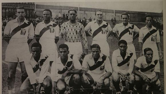 Once de la selección en los Juegos Olímpicos de Berlín 36. 'Lolo' Fernández aparece al medio de los sentados. (Foto: Archivo Histórico de El Comercio)