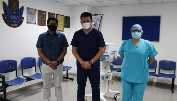 Josef Vallejos Acevedo (en el medio) fue el primer médico peruano en recibir la vacuna contra el COVID-19 de Sinopharm. (Foto: Hospital Nacional Arzobispo Loayza)