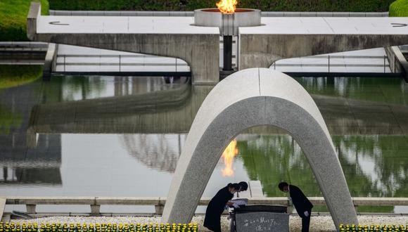 El alcalde de Hiroshima, Kazumi Matsui (derecha) y representantes de familias desconsoladas participan en una ceremonia en el Cenotafio Memorial durante el servicio conmemorativo de los 75 años del lanzamiento de la bomba atómica. (Foto: Philip FONG / AFP).