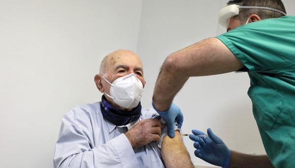 Sami Modiano recibe la vacuna contra el SARS-CoV-2 a sus 90 años en Lacio, Italia. (Twitter / @nzingaretti)