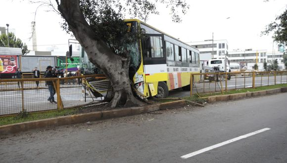 Av. Brasil quedó bloqueada tras accidentes esta madrugada en Jesús María. (Foto: Kelvin García)