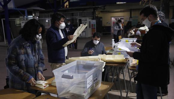 Imagen de archivo. Funcionarios cierran las urnas e inician el conteo de votos, en el cierre de las elecciones locales y constituyentes, en Santiago de Chile. EFE/ Alberto Valdéz Gómez