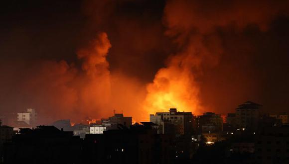 El humo sale de un incendio tras los ataques aéreos israelíes contra múltiples objetivos en la ciudad de Gaza, controlada por el movimiento palestino Hamas, a principios. (Foto: AFP / MOHAMMED ABED)
