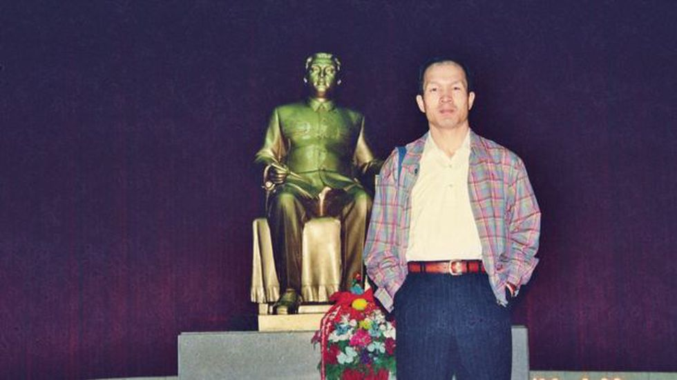 Park, enfrente de la estatua de Kim Jong-il en Pyongyang en 1997.