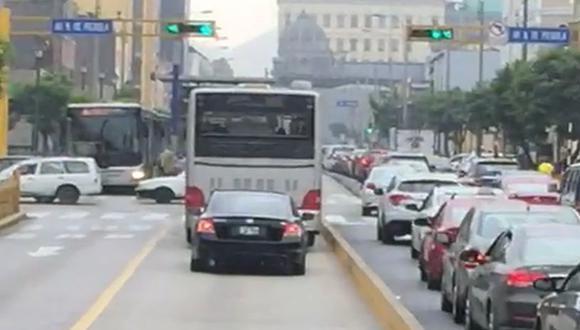Video grabado por un usuario del Metropolitano muestra a un vehículo Honda, de propiedad del Jurado Nacional de Elecciones, circulando por la vía exclusiva para este medio de transporte público. (El Comercio)