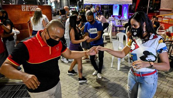Una pareja baila durante un plan piloto para reabrir clubes nocturnos en Cali, Colombia, el 4 de septiembre de 2020 en medio de la pandemia del coronavirus Covid-19. (Foto: Luis ROBAYO / AFP)