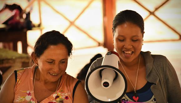 Promotoras comunitarias de Minga Perú -organización sin fines de lucro que promueve el cambio sostenible para las comunidades indígenas en la amazonia- brindan una capacitación sobre cáncer cervical de cuello uterino en Loreto.
