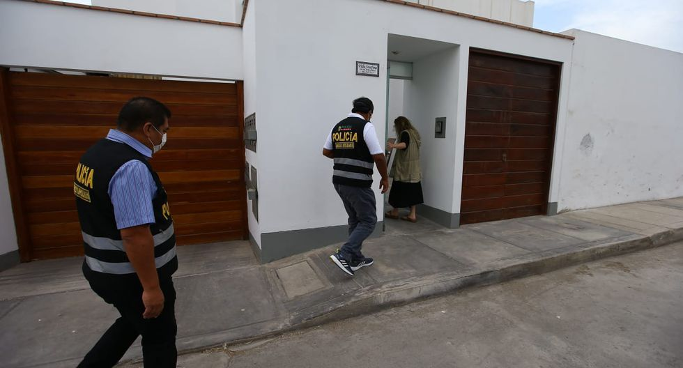 La policía nacional llegó esta mañana al domicilio de la exalcaldesa, en Lurín. (Foto: Fernando Sangama/GEC)