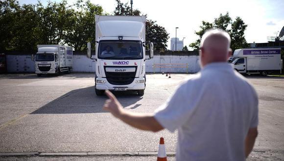El instructor Graham Bolger da indicaciones a un estudiante que aprende a manejar camiones en el National Driving Centre de Croydon, al sur de Londres, el 22 de septiembre del 2021. Una escasez de camioneros está generando escasez en otros sectores en Gran Bretaña, ya que no hay quién transporte las mercancías. (Foto: AP Photo/Matt Dunham)