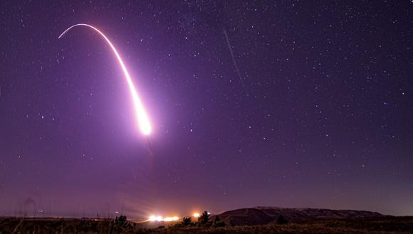 Esta imagen tomada con baja velocidad de obturación el 2 de octubre de 2019 y difundida por la Fuerza Aérea de Estados Unidos, muestra el lanzamiento de prueba de un misil balístico intercontinental no armado Minuteman 3 en la Base Vandenberg, en California. (Staff Sgt. J.T. Armstrong/U.S. Air Force vía AP)