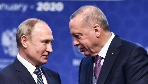 El presidente de Rusia, Vladimir Putin (izq.) y su homólogo de Turquía Recep Tayyip Erdogan, en un encuentro en Estambul el pasado 8 de enero. (Foto: Ozan KOSE / AFP).